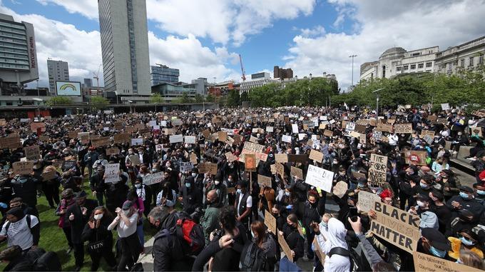 Тысячи британцев вышли на демонстрации, несмотря на призывы властей остаться дома