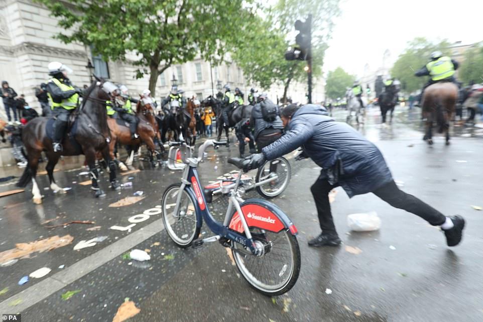 Протесты в Лондоне: 23 полицейских получили ранения