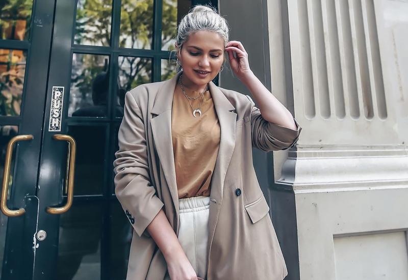 Известная бьюти-блогер показала как можно соответствовать деловому стилю в спортивных шортах
