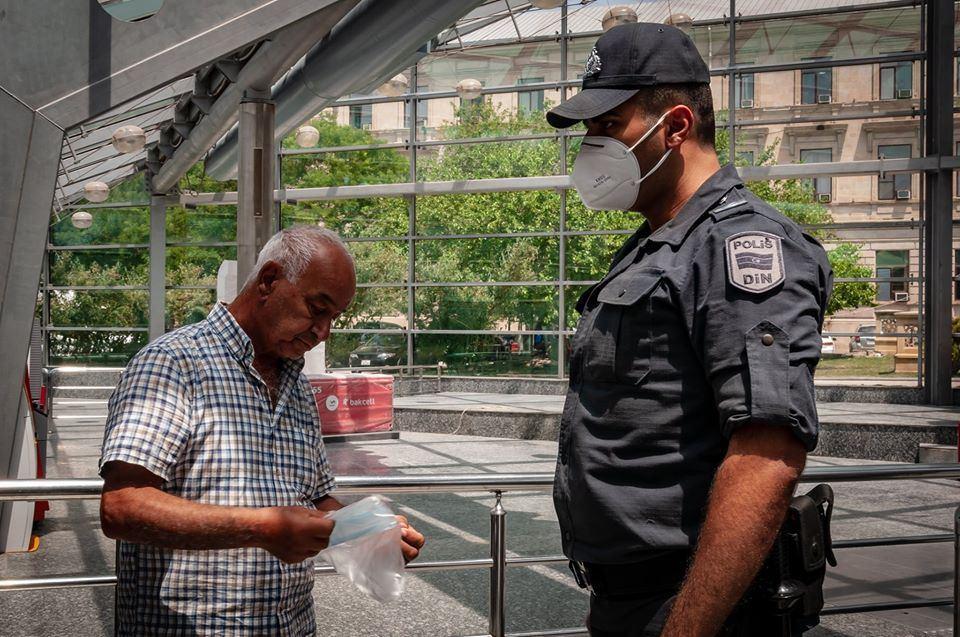 Metroda maska taxmayan sərnişinlər cərimə edildi