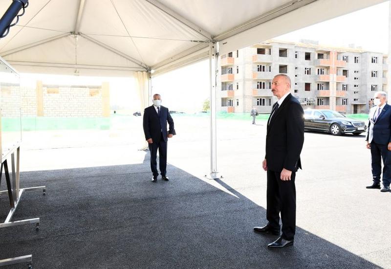 Президент Ильхам Алиев ознакомился со строительством жилого квартала для вынужденных переселенцев в Самухском районе