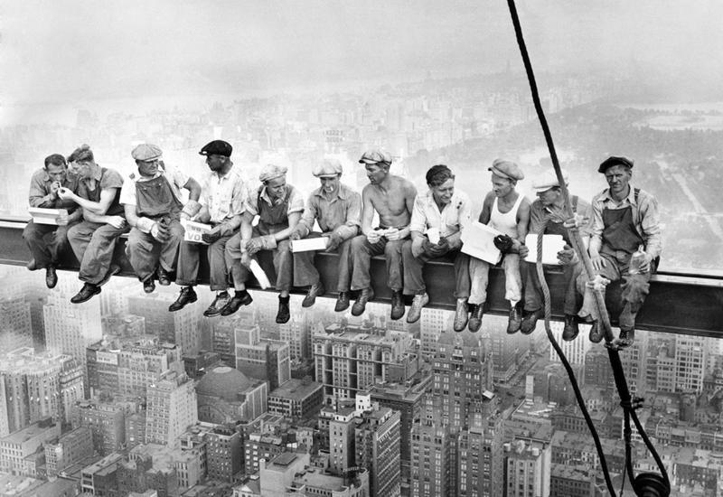 История самой опасной работы: «Обед на вершине небоскреба»