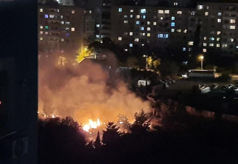 Сильный пожар на кладбище в Баку