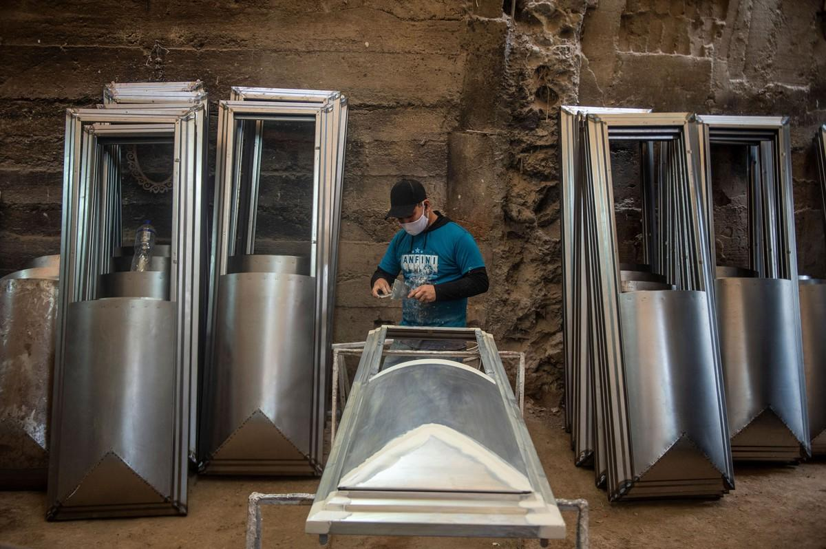 Кладбища и крематории в Латинской Америке не успевают хоронить жертв COVİD-19