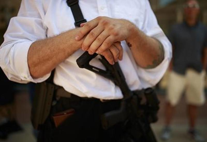 В США бунтующим раздали штурмовые винтовки