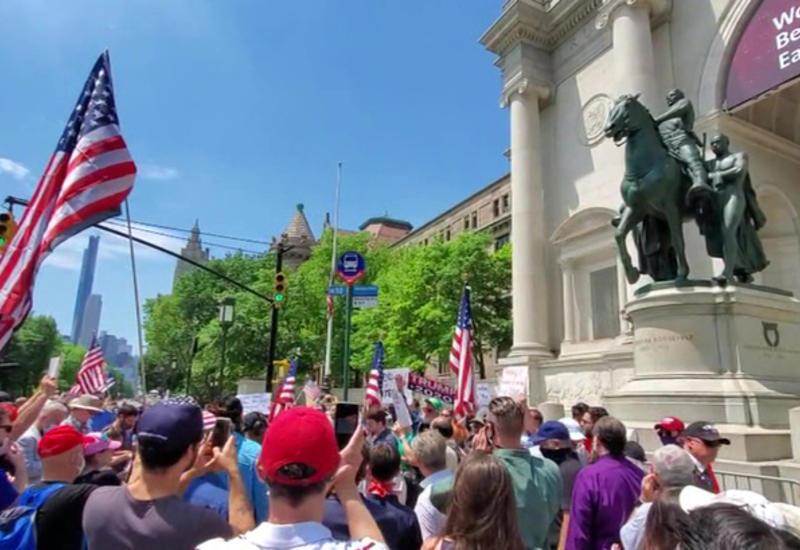 Тысячи людей в городах США вышли защищать памятники