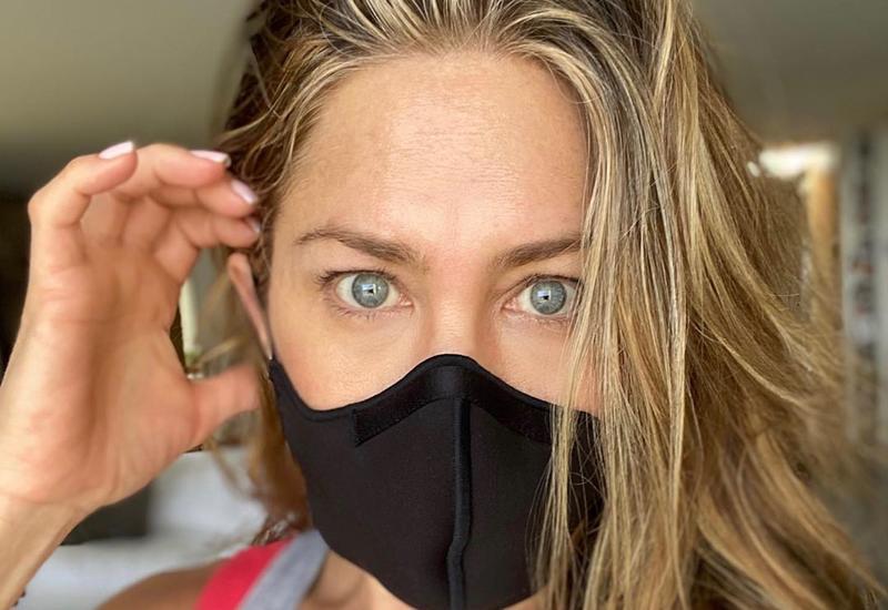 Дженнифер Энистон призвала людей носить маски