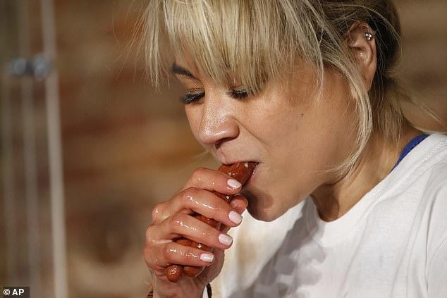 Американцы побили два мировых рекорда по поеданию хот-догов