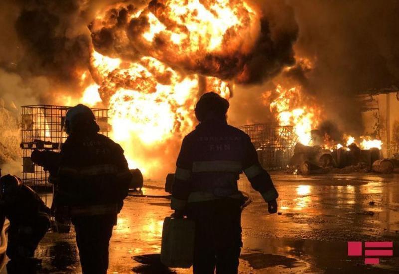 5 сотрудников МЧС пострадали во время сильного пожара в Баку