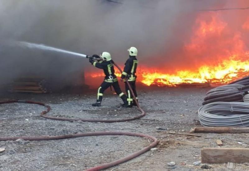 Четыре человека пострадали при пожаре на фабрике красок в Баку