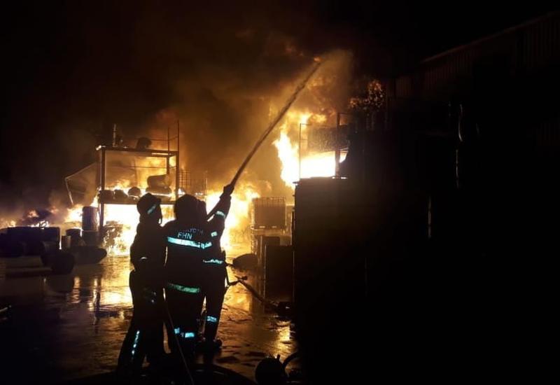МЧС Азербайджана о пожаре на крупной фабрике в Баку