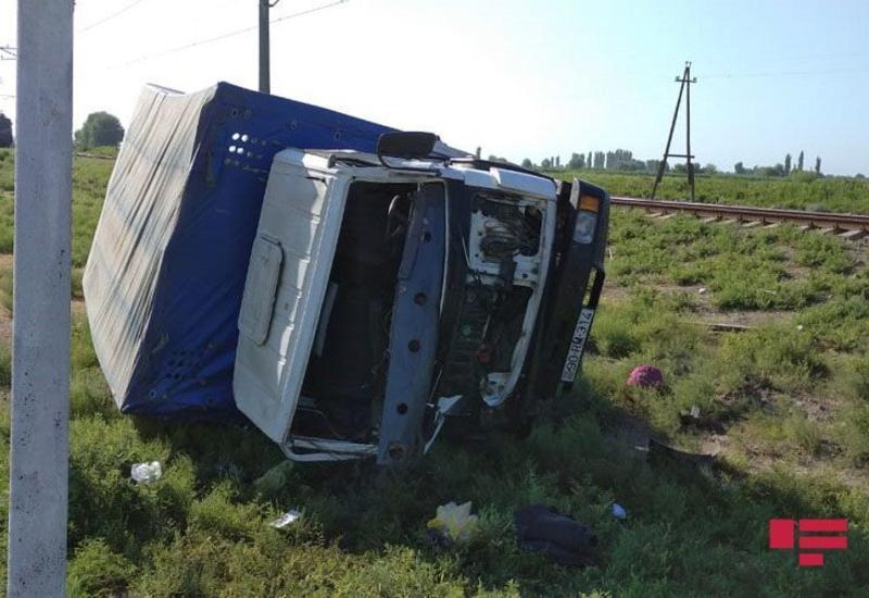В Азербайджане поезд столкнулся с грузовиком, есть пострадавший