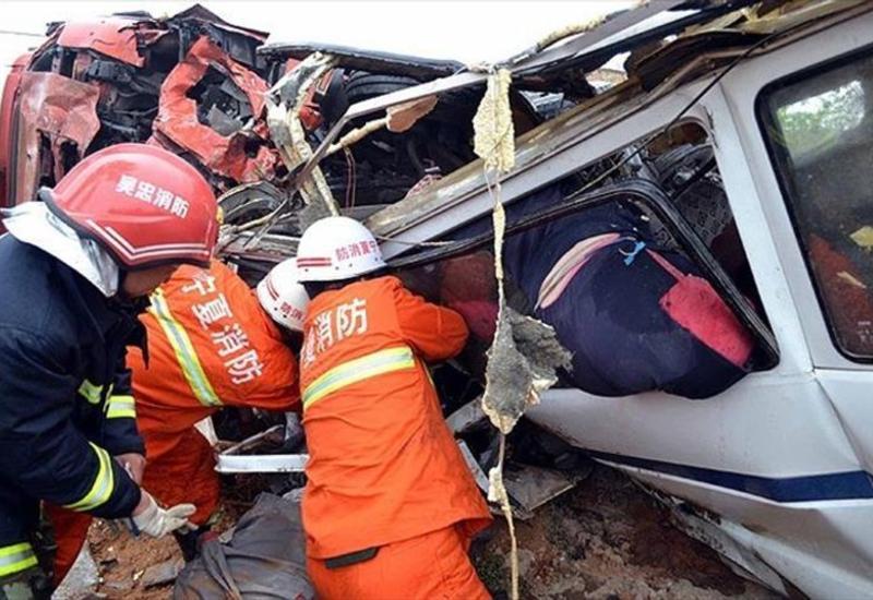 В Китае 21 человек погиб при падении автобуса в водоем