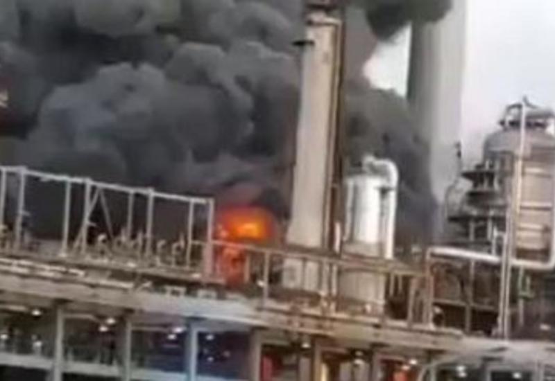 В Венесуэле загорелся нефтеперерабатывающий завод