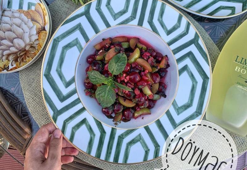 Очень вкусно: Иля Мамедова поделилась рецептом салата из вишни и алычи
