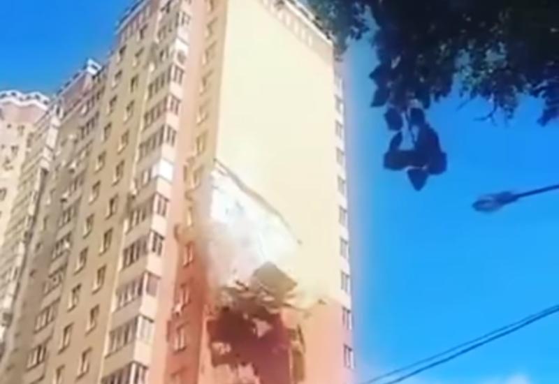 В жилой новостройке в России отвалился большой кусок стены