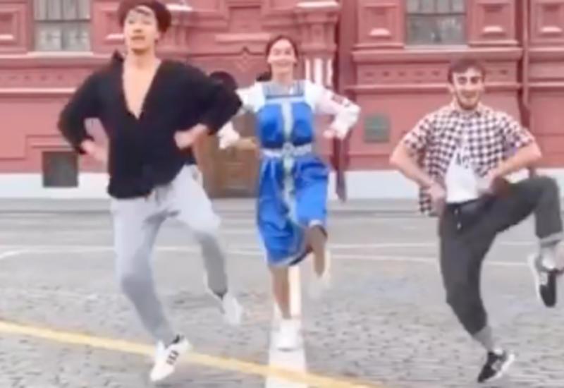 Зажигательный танец азербайджанца, россиянки и корейца на Красной площади стал вирусным