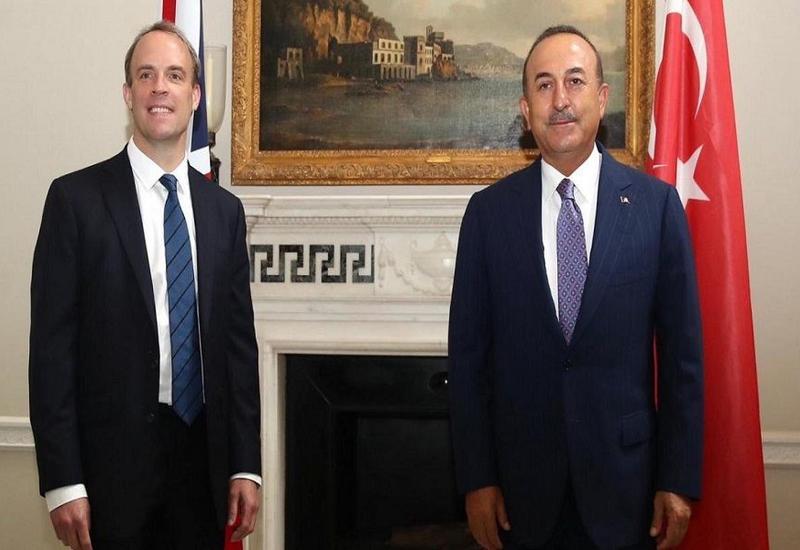 Главы МИД Турции и Великобритании обсудили развитие сотрудничества между странами