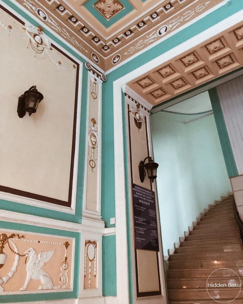 Кадры парадной интерьера четырехэтажного дома в Баку