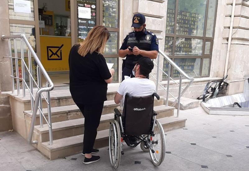 В Баку полицейский помог колясочнику доехать до почты