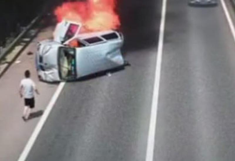 Очевидец, начавший пинать автомобильное стекло, спас от гибели трёх пассажиров