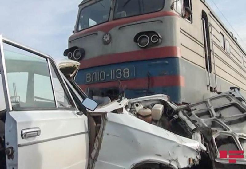 В Саатлы автомобиль столкнулся с поездом, ранены три человека