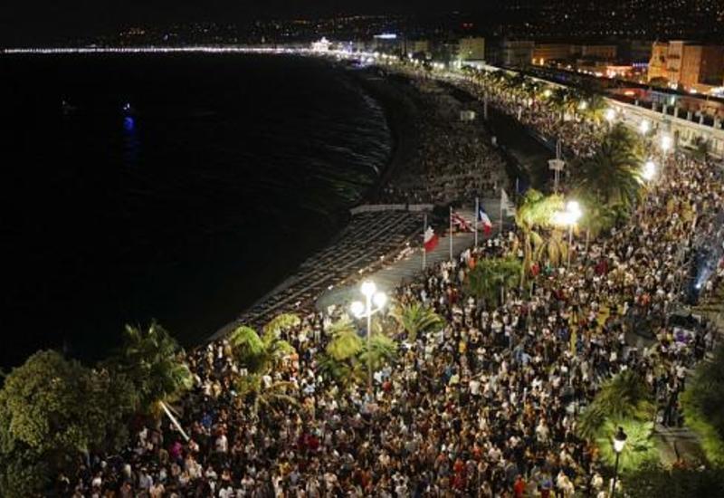 Полное безрассудство: тысячи людей собрались на концерт в Ницце во время пандемии