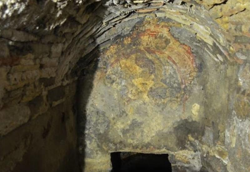 Скрытую древнюю церковь и святой источник раскопали в Стамбуле