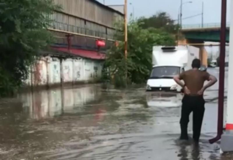 Сильнейший ливень затопил Ростов-на-Дону и смыл горожан с улиц