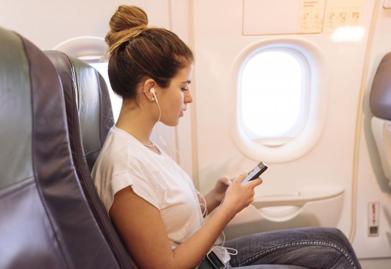 Раскрыта опасность использования наушников на борту самолета