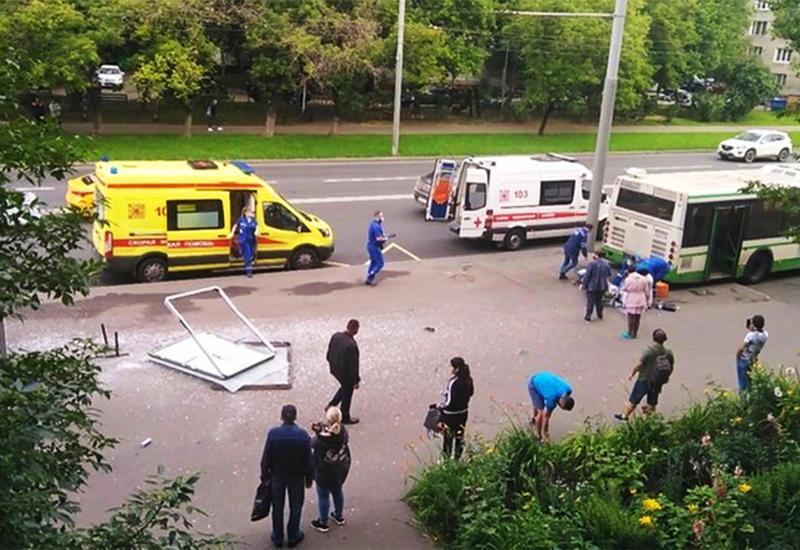 Автобус сбил людей на остановке в Москве