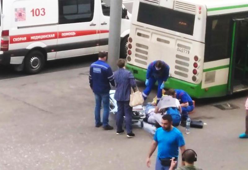 Авария с протаранившим остановку в Москве автобусом попала на видео