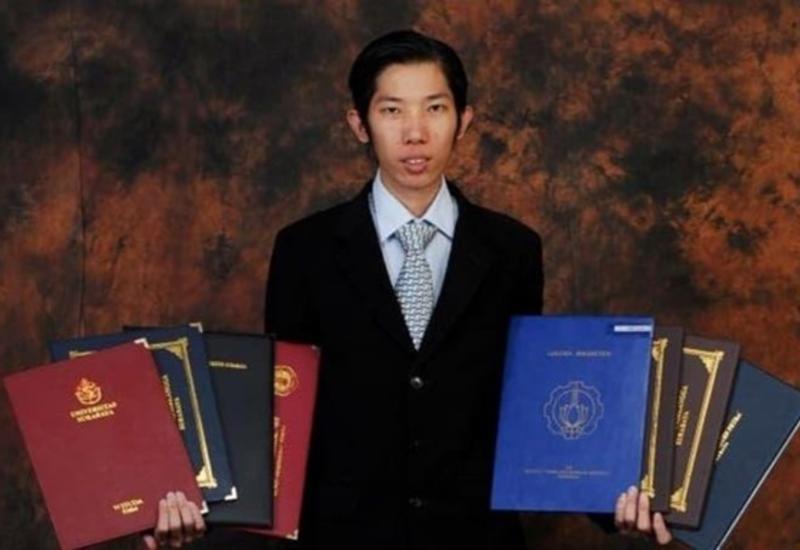 Индонезиец за 20 лет получил 32 диплома