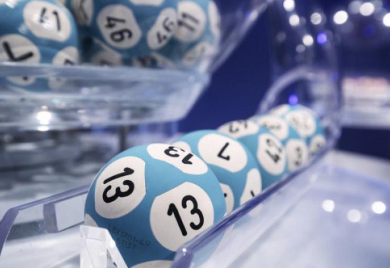 Мужчина выиграл в лотерею 22 млн долларов и отдал половину другу