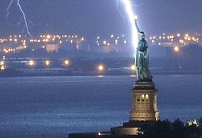 В Статую Свободы несколько раз подряд ударила молния