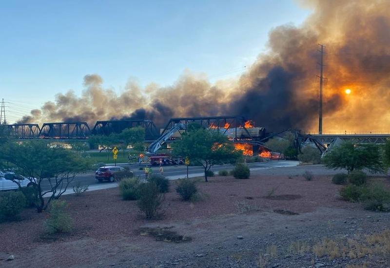 Поезд сошел с рельсов и загорелся на мосту - жуткие кадры из США