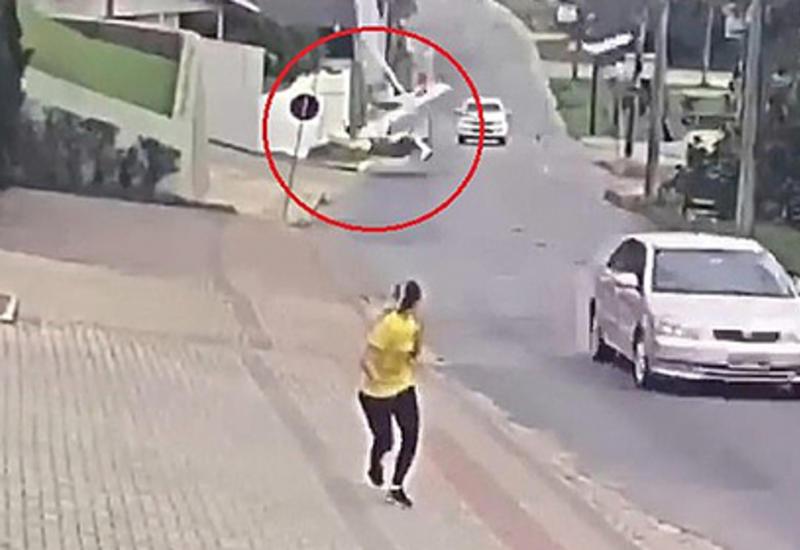В Бразилии самолет рухнул на улицу среди машин и пешеходов