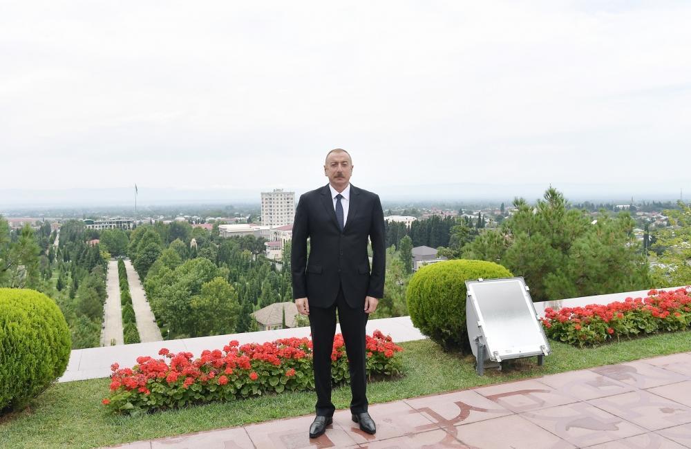 Президент Ильхам Алиев посетил памятник Общенациональному лидеру Гейдару Алиеву в Балакене