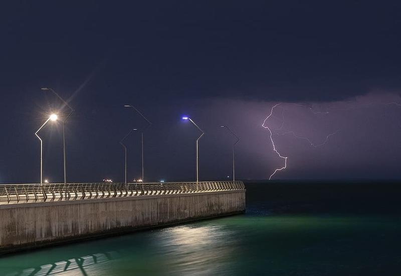 Танец ночных молний Баку в объективе Лёкина