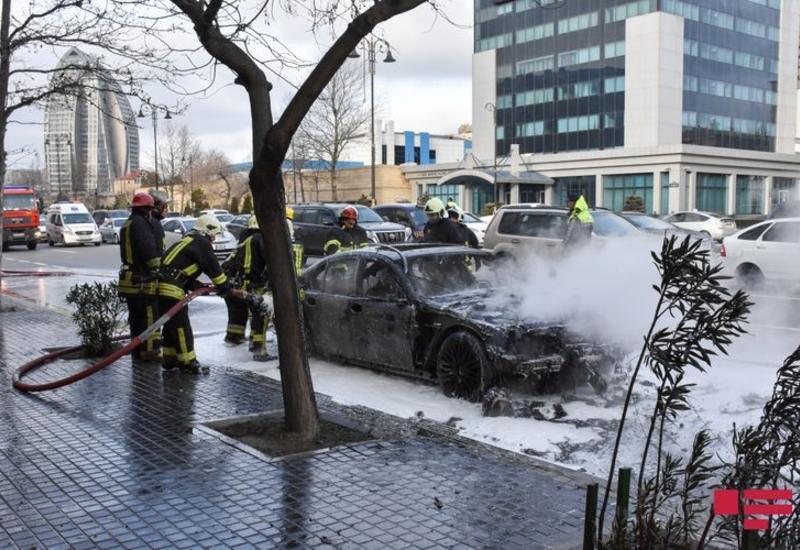 В Баку автомобиль врезался в бордюр и загорелся