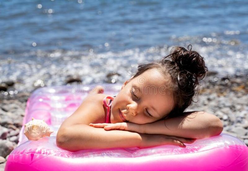 Спящую на матрасе маленькую девочку унесло на 3 км от берега