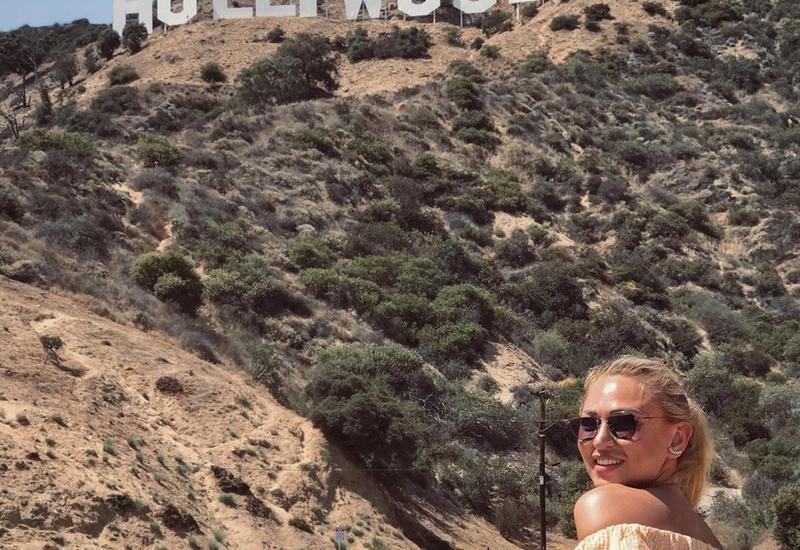 Блогер Айнур Гузель поделилась кадром на фоне Голливуда