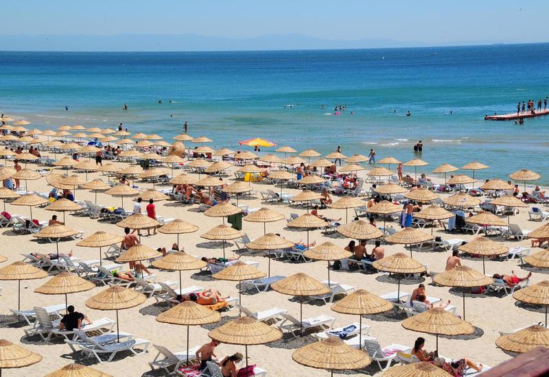 На пляжах Баку запретили купаться в море