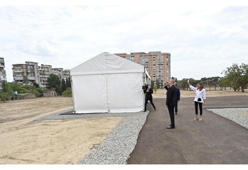 Президент Ильхам Алиев и Первая леди Мехрибан Алиева поприветствовали жителей дома около будущего лесопарка в Ясамальском районе
