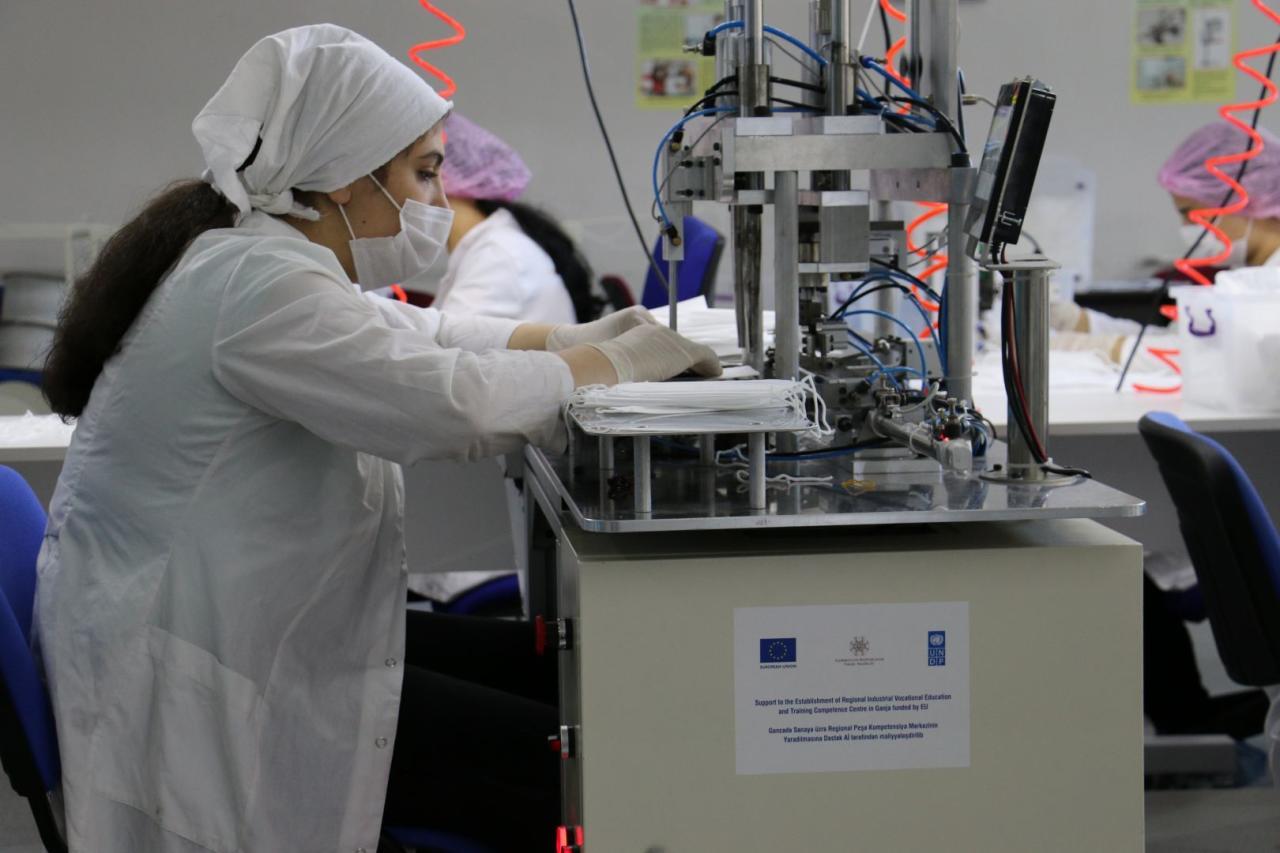В Азербайджан доставлено новое оборудование для производства медмасок