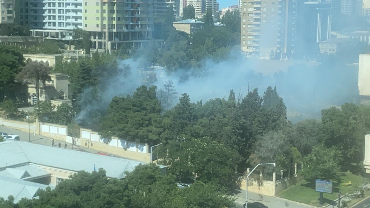 В центре Баку вспыхнул сильный пожар