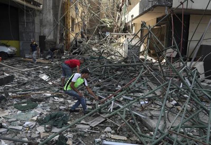 На улицах Бейрута вручную разбирают завалы