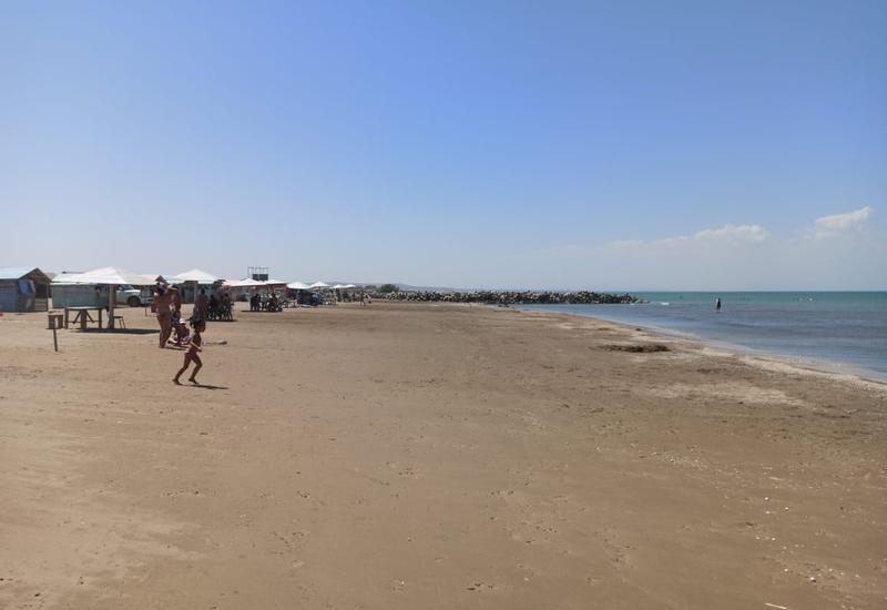 На пляжах в Азербайджане столпотворений не наблюдается