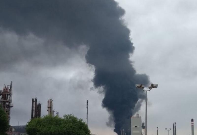 В Испании из-за удара молнии по резервуару с топливом начался пожар