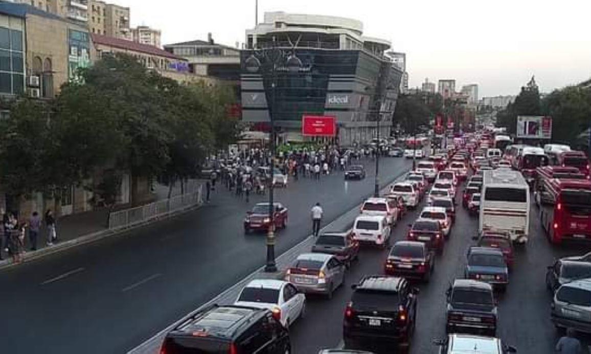 """Bakının """"Dakar"""" meydanında nəqliyyatın hərəkəti dayanıb"""